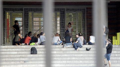 Ocupación masiva de los colegios catalanes ante la inacción de los Mossos