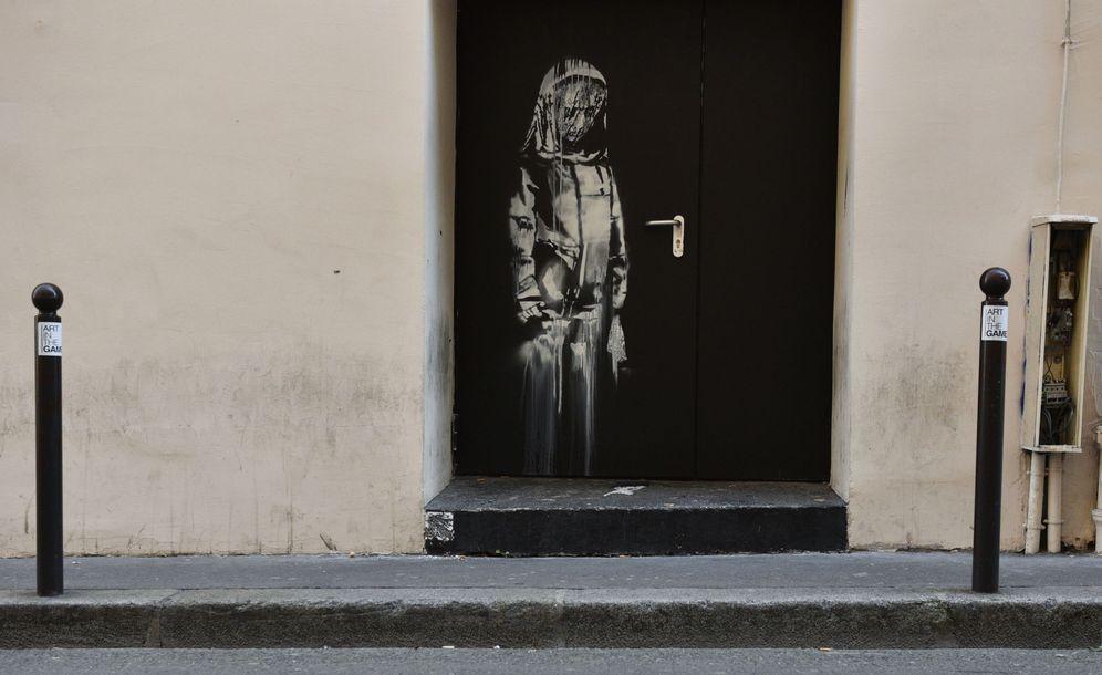 Foto: Una obra atribuida a Banksy en la puerta de la sala Bataclan, en París. (Reuters)
