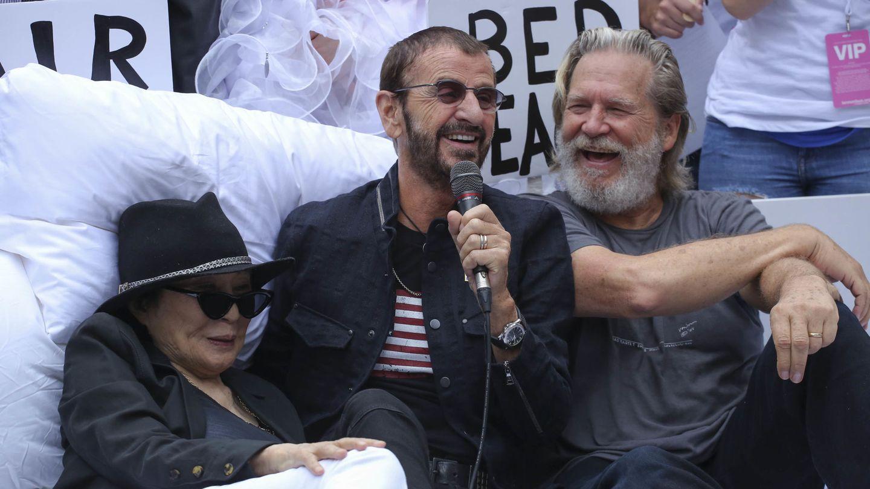 Ringo, junto a Yoko Ono y Jeff Bridges en una imagen reciente. (EFE)