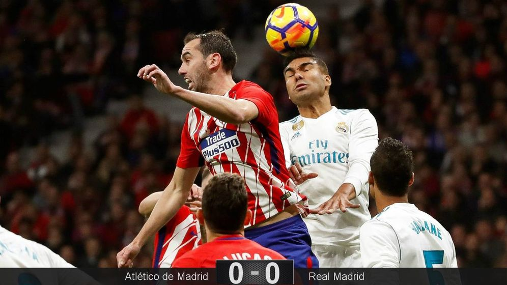 Foto: En la imagen, Diego Godín y Casemiro pelean por un balón. (EFE)