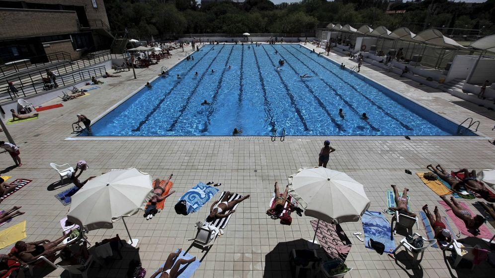 Foto: Vista general de la piscina municipal al aire libre del Canal de Isabel II de Madrid (EFE)