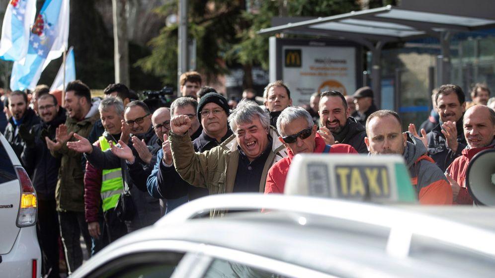 Foto: Taxistas gallegos se suman a la concentración llevada a cabo por el colectivo en el madrileño barrio de Vallecas. (EFE)