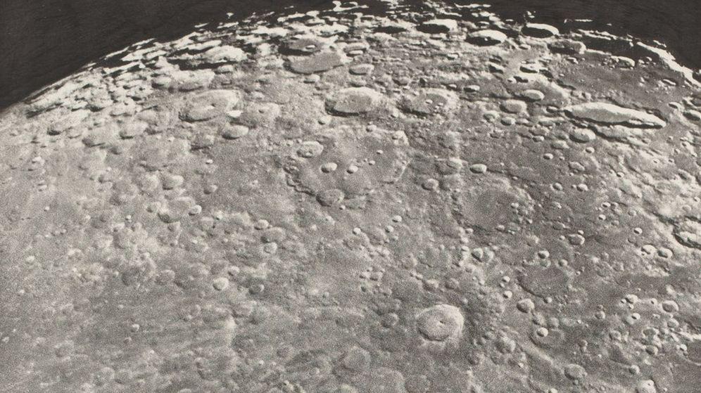 Foto: Fotografía cedida por la Galería Nacional de Arte del fotograbado Fotografía lunar. Radiación de Tycho - Fase de crecimiento