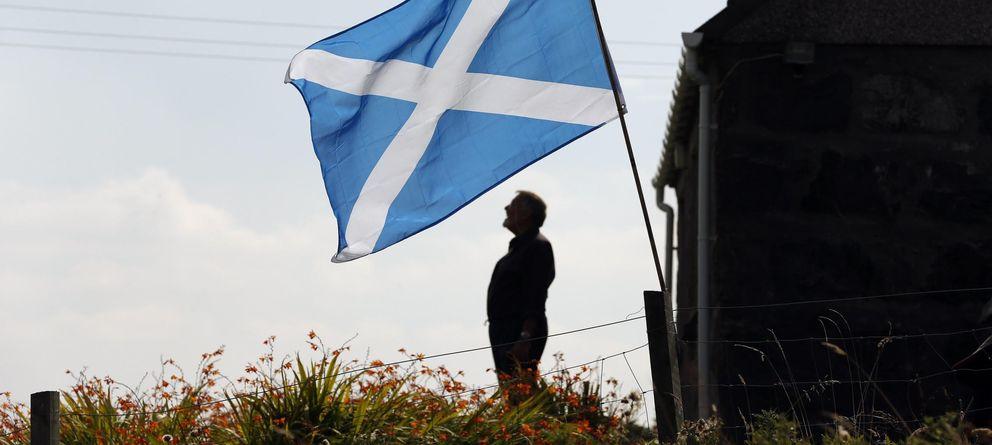 Foto: Una bandera escocesa ondea sobre un jardín en la Isla de Lewis. (Reuters)