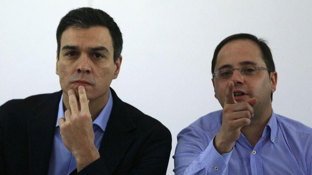 Foto: Pedro Sánchez y César Luena, este 21 de diciembre en la reunión de la ejecutiva federal, en Ferraz. (Reuters)