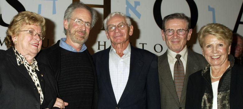 Foto: Leon Leyson, el segundo por la derecha, en el décimo aniversario de la película de Spielberg 'La lista de Schindler'. (Reuters)