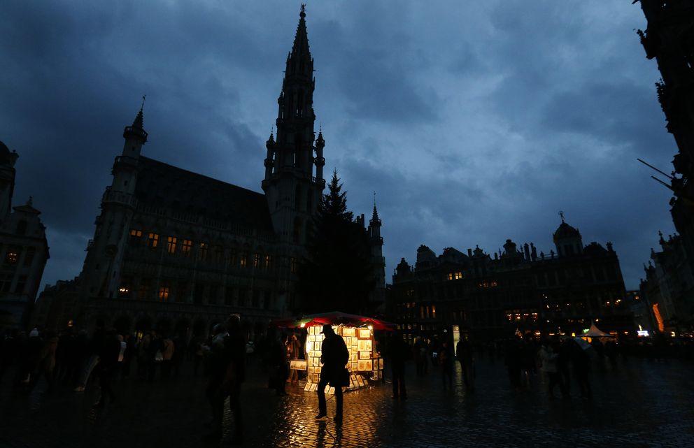 Un hombre pasea por la plaza central de Bruselas (Reuters).