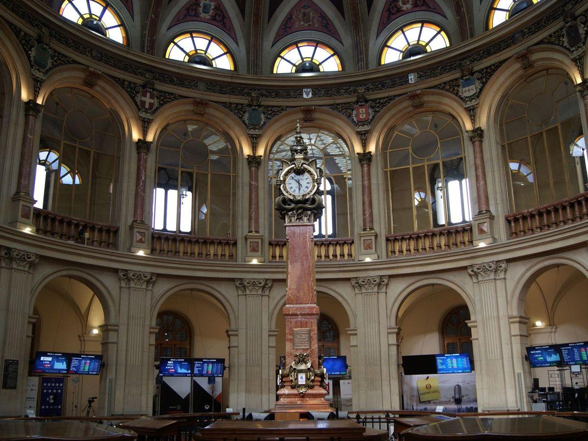 Foto: Vista este martes del interior de la Bolsa de Madrid (EFE)