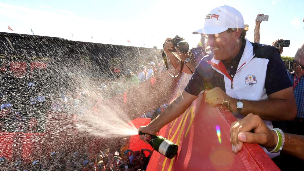 Foto: Phil Mickelson celebra la victoria estadounidense (John David Mercer/USA TODAY Sports)