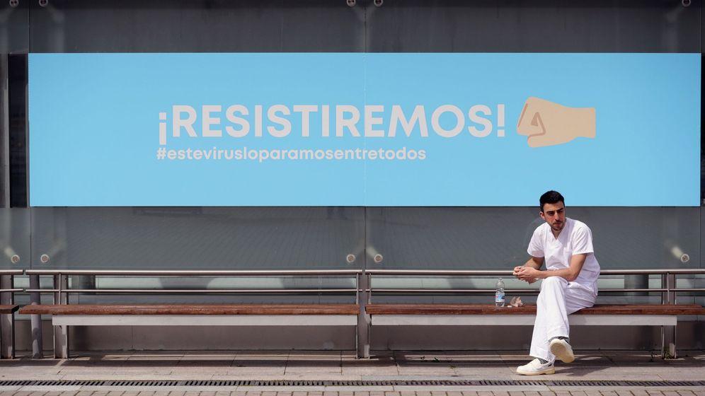 Foto: Un sanitario se toma un descanso en el hospital temporal de Ifema, en Madrid. (EFE)