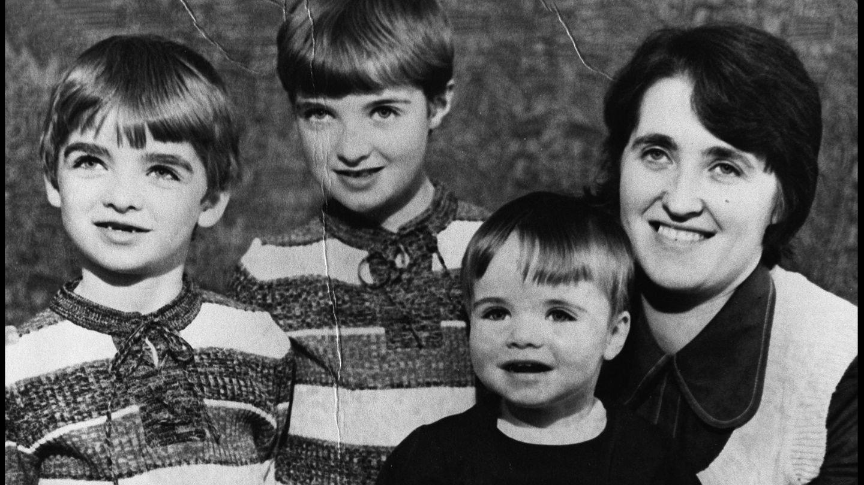 Noel, Paul, Liam y su madre, Peggy. (Getty)