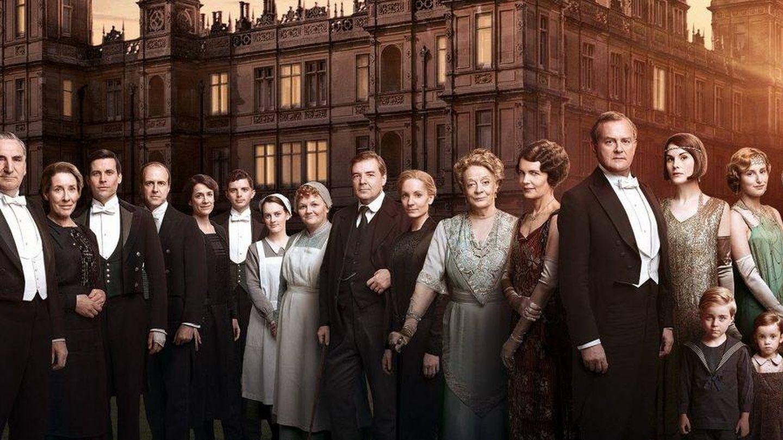 Los personajes de 'Downton Abbey',  frente al castillo. (Netflix)