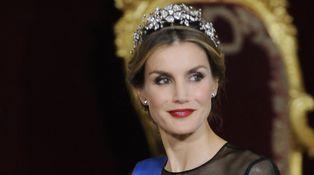 La Reina Letizia con un vestido de Carolina Herrera (a lo 'Mad Men') de 5.000 euros
