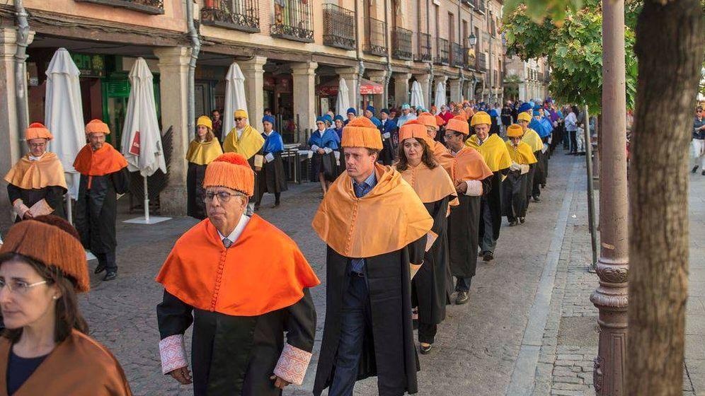 Foto: Profesores y académicos de la Universidad de Alcalá, en un desfile por las calles del municipio. (Foto: Universidad de Alcalá)