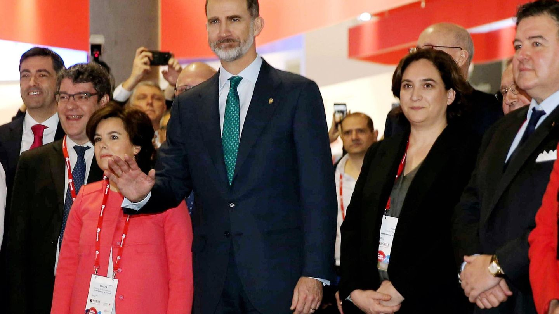 El rey Felipe VI, junto a la alcaldesa de Barcelona, Ada Colau (2d), y la vicepresidenta del Gobierno y el ministro de Energía, Soraya Sáenz de Santamaría y Álvaro Nadal, este 26 de febrero. (EFE)