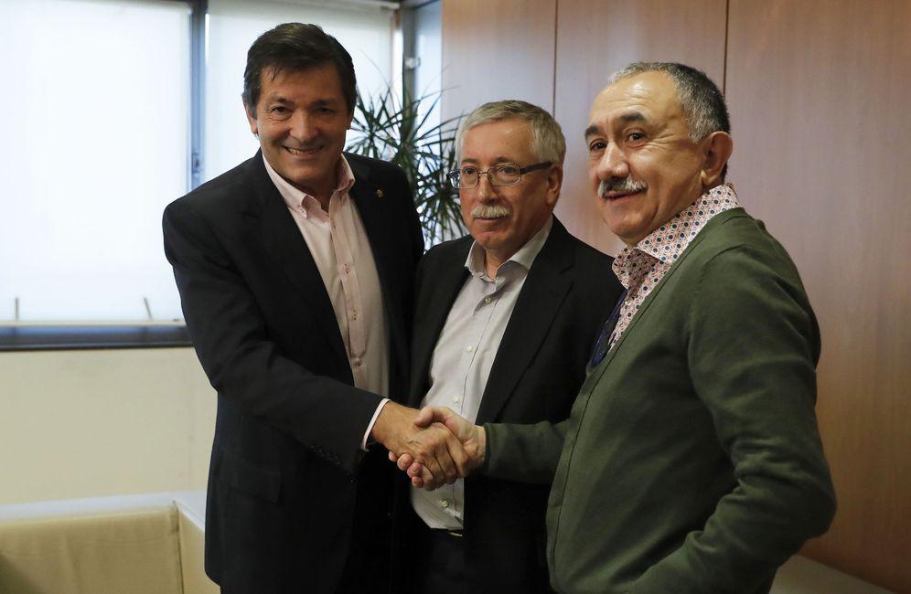 Foto: Javier Fernández saluda a los líderes de CCOO y UGT, Ignacio Fernández Toxo y Pepe Álvarez, antes de su reunión este 28 de noviembre en Ferraz. (EFE)