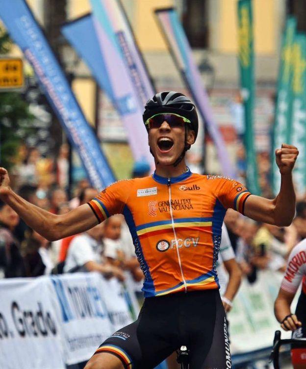 Foto: Juan Ayuso cruza la meta para convertirse en campeón de España junior la temporada pasada. (RFEC)