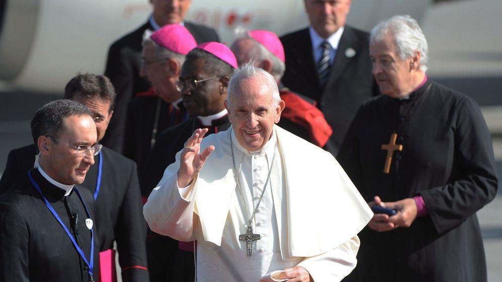 Foto: El papa Francisco, junto a otros clérigos a su llegada a Irlanda. (EFE)
