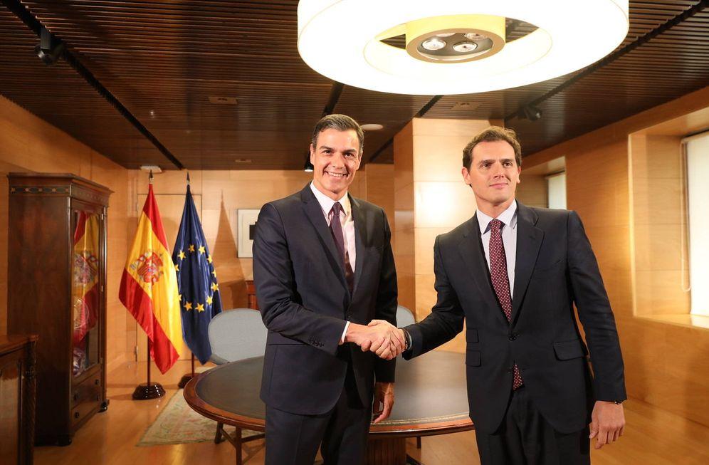 Foto: Pedro Sánchez y Albert Rivera, el pasado 11 de junio minutos antes del comienzo de su reunión en el Congreso. (Inma Mesa   PSOE)