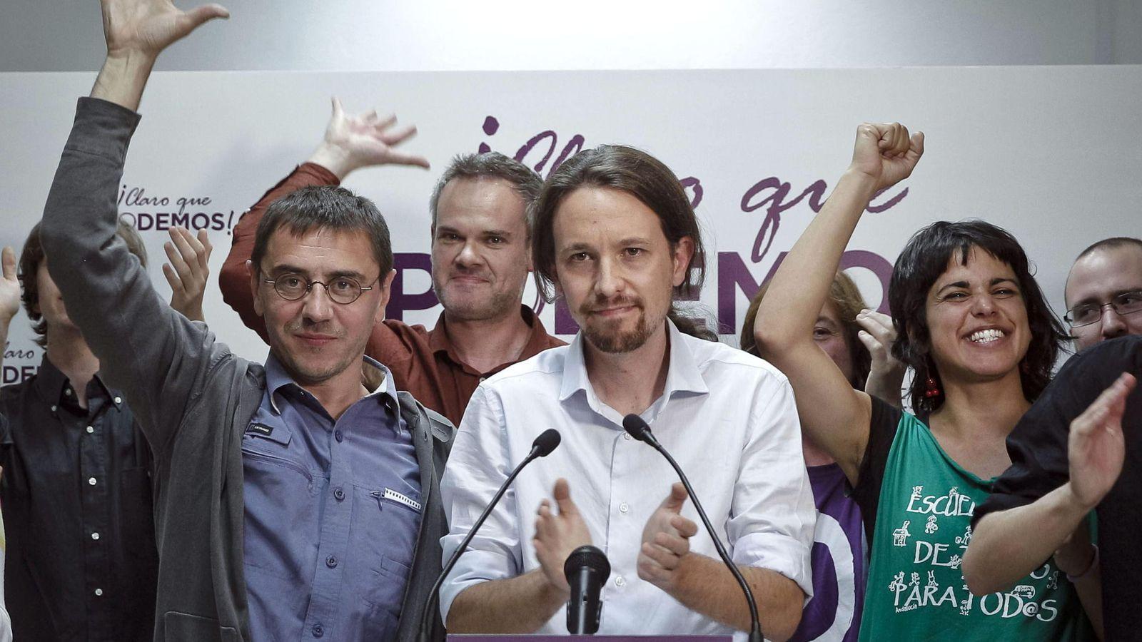 Foto: Pablo Iglesias junto a Juan Carlos Monedero, Germán Cano y Teresa Rodríguez durante la noche electoral de las elecciones europeas. (EFE)