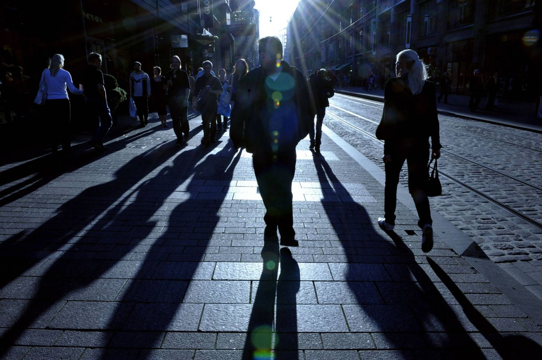 Foto: Un grupo de personas caminan por el centro de Helsinki (Reuters)
