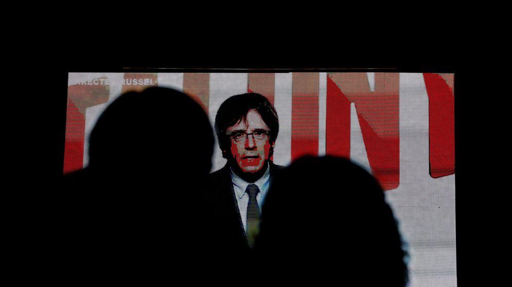 Foto: Carles Puigdemont en pantalla en una comparecencia desde Bruselas. (Reuters)