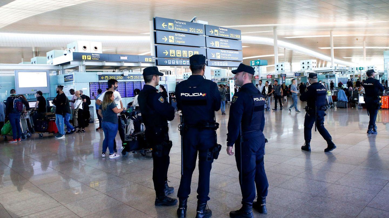 Agentes de Policía Nacional patrullan por el Aeropuerto de Barcelona. (EFE)