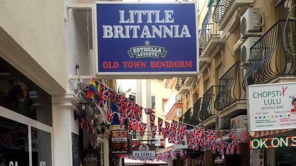 Foto: La fachada del Little Britannia con las banderas británicas de la discordia colgadas en la calle (Foto: Facebook)