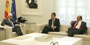 Foto: González y Botín instaron al Gobierno a intervenir en las cajas en una reunión secreta