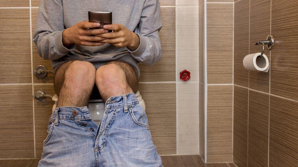 Foto: Ir al baño con el teléfono perjudica tu salud. (iStock)