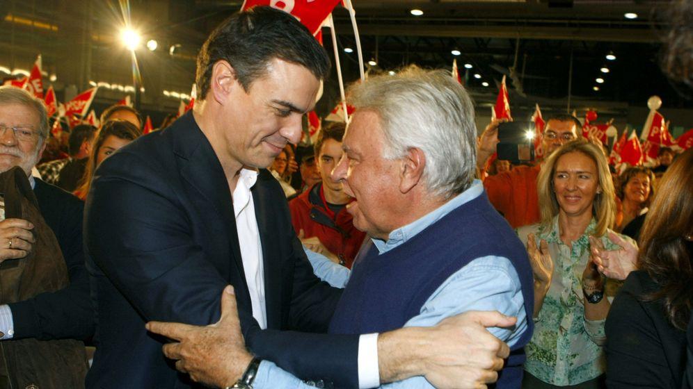 Foto: Felipe González y Pedro Sánchez, en el mitin que compartieron juntos en campaña el pasado 15 de diciembre en Badajoz. (EFE)