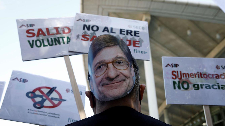 Trabajadores protestan en Valencia contra el ERE de CaixaBank con caretas del presidente