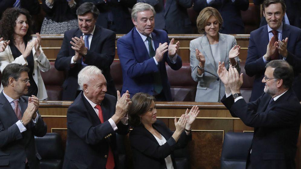 Foto: Mariano Rajoy es aplaudido por los diputados de su partido tras ser investido presidente del Gobierno. (EFE)