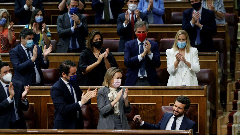 Pablo Casado, aplaudido por toda su bancada. (EFE)