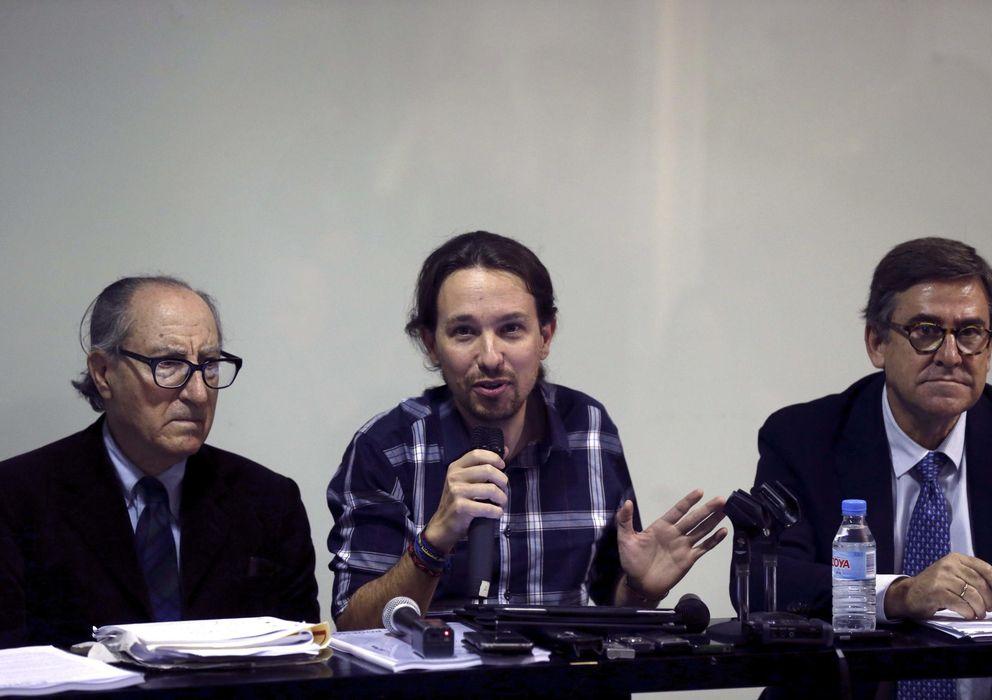 Foto: El secretario general de Podemos, Pablo Iglesias, acompañado por los economistas Vincenç Navarro y Juan Torres. (EFE)