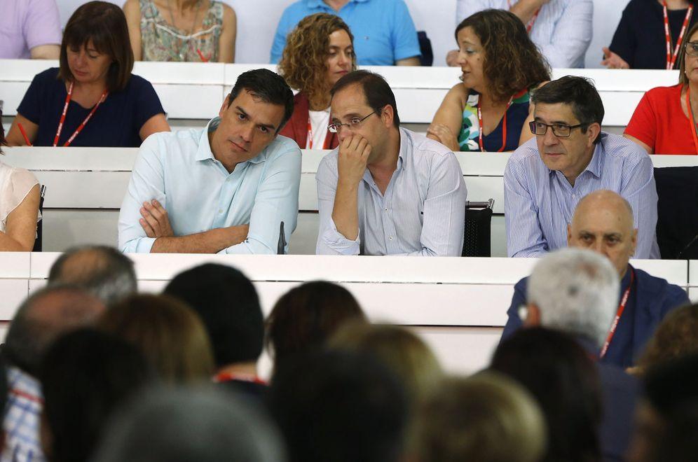 Foto: Pedro Sánchez escucha a su número dos, César Luena, durante la reunión del comité federal del PSOE del pasado 9 de julio. (EFE)