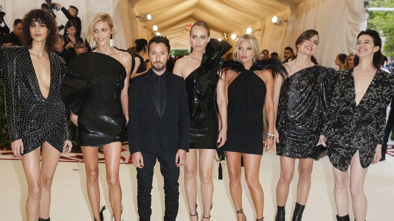 Mica Arganaraz, Anja Rubik, Anthony Vaccarrello, Amber Valletta, Kate Moss, Carlota Casiraghi y Charlotte Gainsbourg, en la MET de 2018. (Reuters)