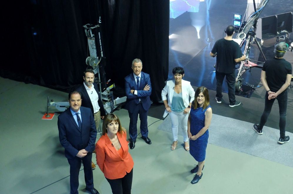 Foto: Los candidatos a las elecciones vascas del 12 de julio posan en las instalaciones de EiTB de Bilbao antes del debate electoral. (EFE)