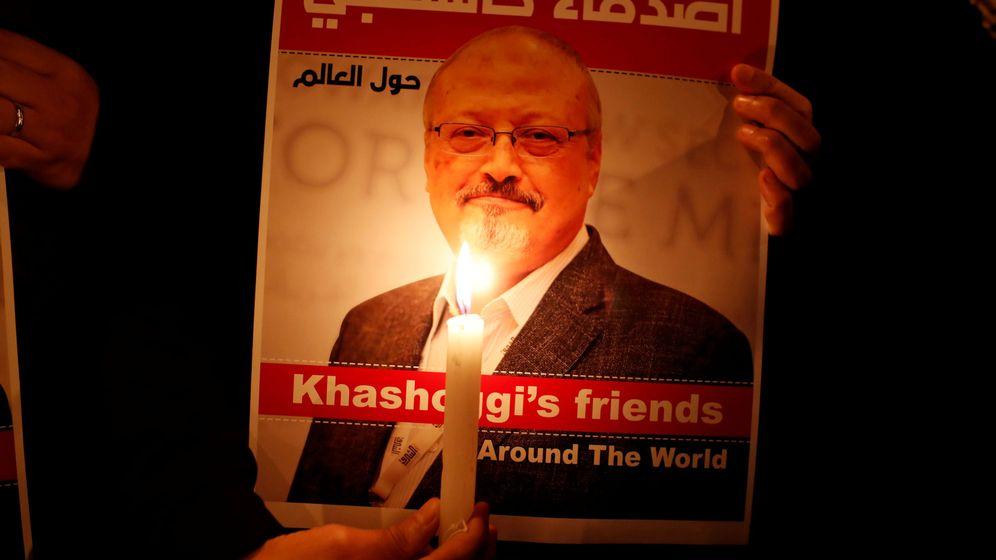Foto: Un manifiestante sostiene una imagen de Jamal Khashoggi. (Reuters)