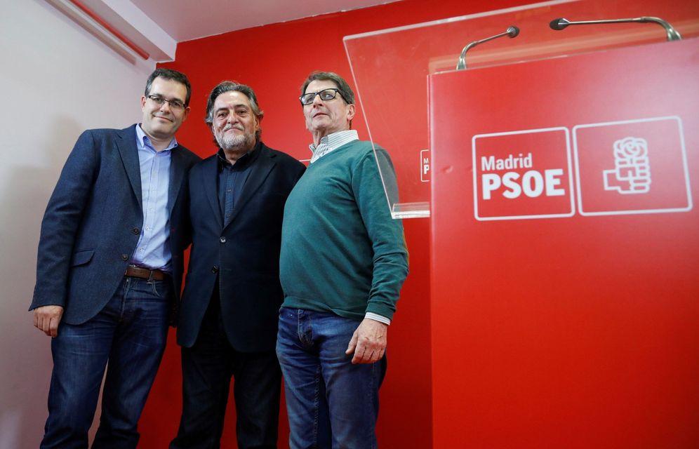 Foto: Pepu Hernández, con Chema Dávila (i) y Manolo de la Rocha (d), este 9 de marzo tras conocerse la victoria del extécnico de baloncesto. (EFE)