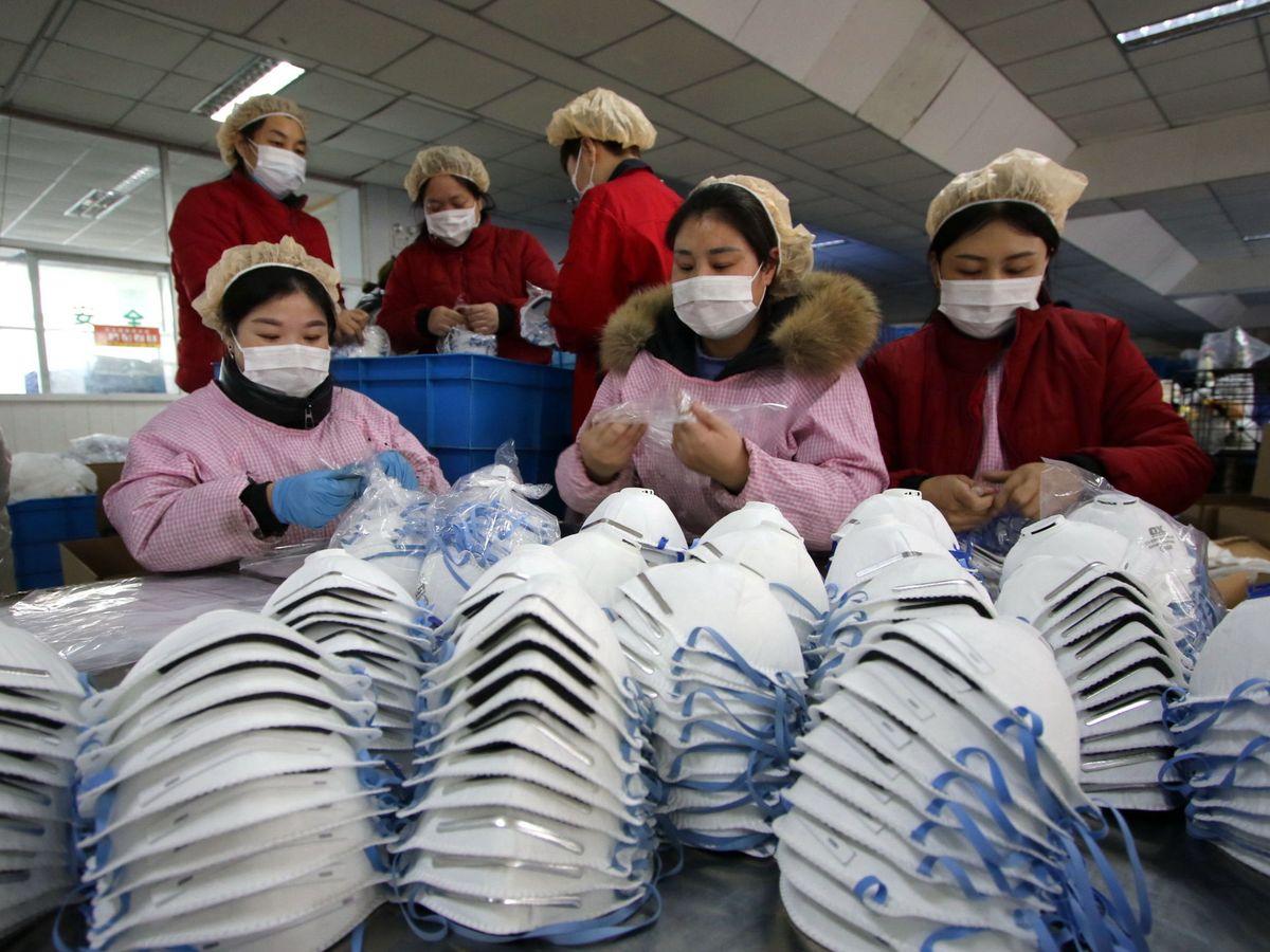 Foto: Trabajadores fabricando mascarillas en China. (EFE)