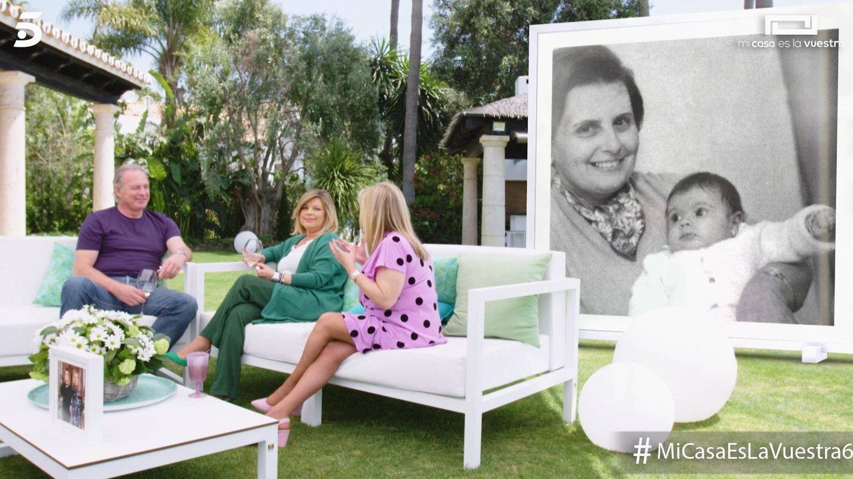 Terelu y Carmen con una foto de su abuela en 'Mi casa es la vuestra'. (Mediaset España)