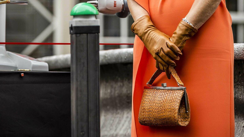 Máxima de Holanda con uno de sus accesorios imprescindibles, los guantes. (EFE)