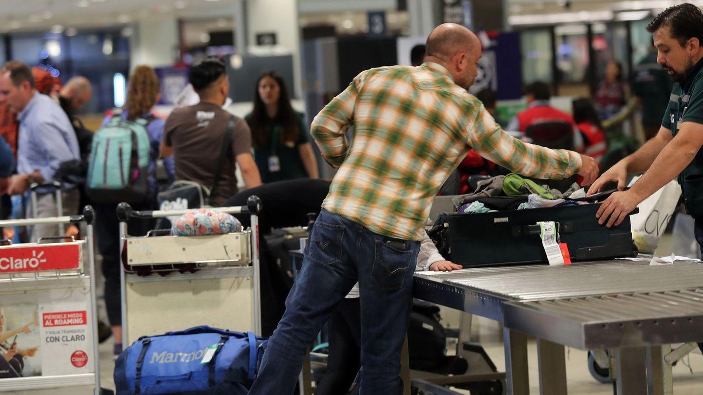 Viajeros en el control de seguridad del aeropuerto de Santiago de Compostela | EFE Mario Ruiz