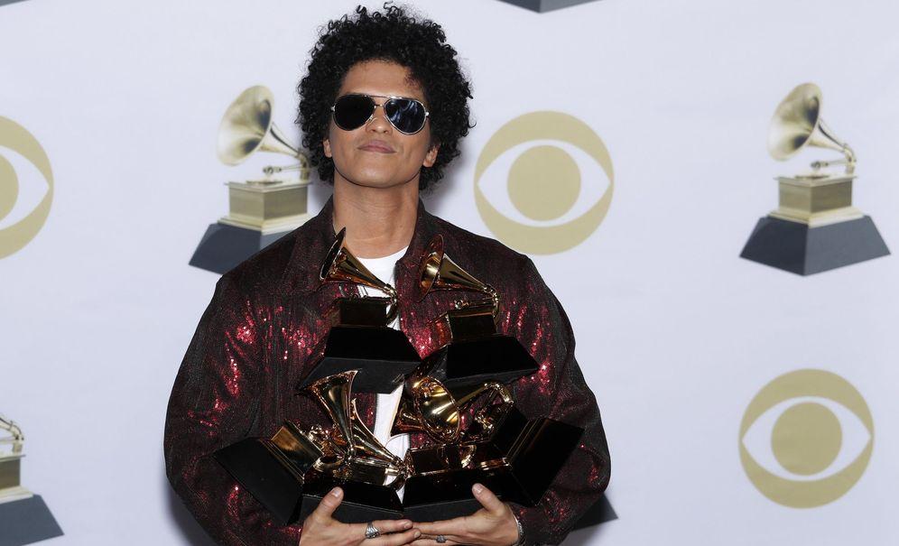 Foto: Bruno Mars tras ser premiado en la ceremonia de los Grammys. (EFE)