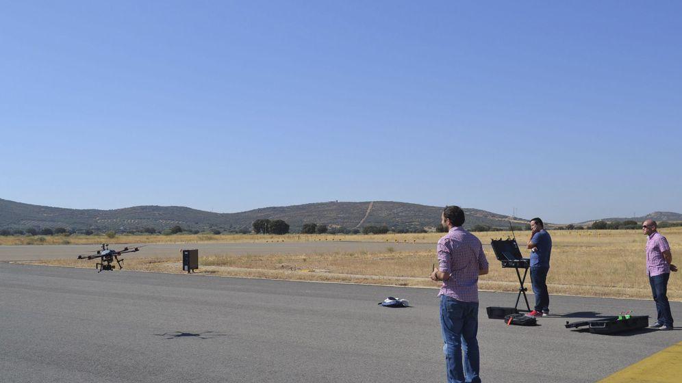 Foto: Vuelo de varios drones en una pista de un aeropuerto. (EFE)