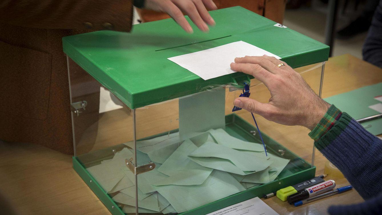 Mete 200 euros en una urna electoral tras confundir el sobre con el de un bautizo