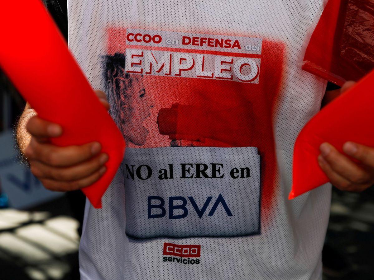 Foto: Camiseta de protesta contra el ERE en BBVA. (Reuters)