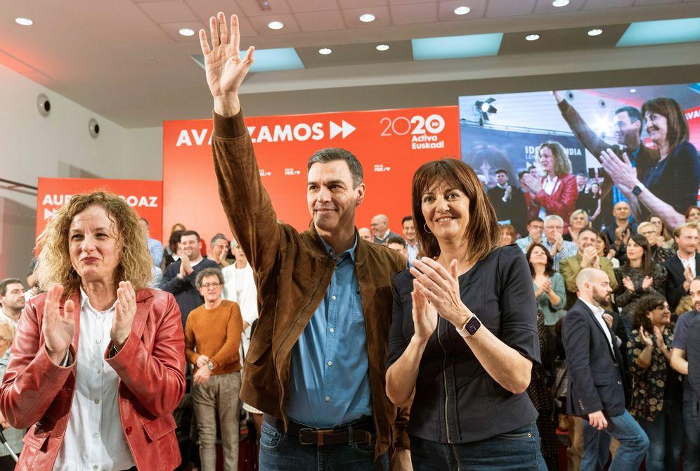 Foto: Pedro Sánchez, con Idoia Mendia (d) y la secretaria general del PSE en Álava, Cristina González, este 1 de marzo en Vitoria. (EFE)