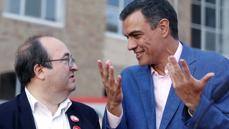 El presidente del Gobierno, Pedro Sánchez, conversa con Miquel Iceta. (EFE)